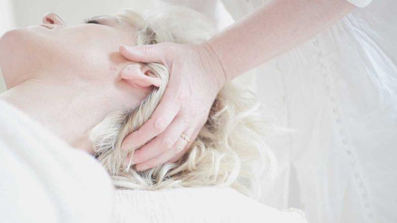 Behandlung des Kopfes einer Frau